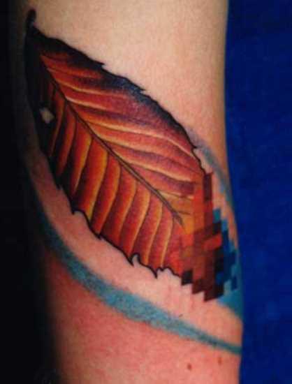Tatuagem no ombro da menina em forma de folha