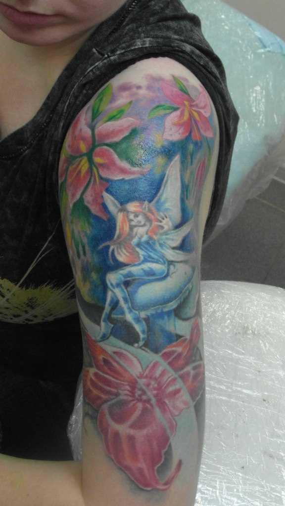 Tatuagem no ombro da menina - fada