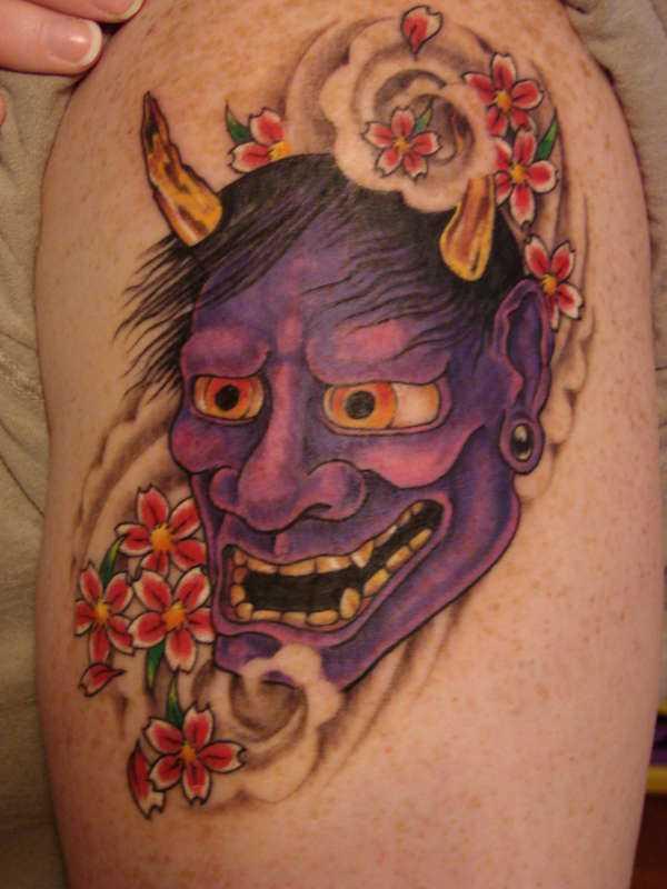 Tatuagem no ombro da menina - ímpios máscara e sakura