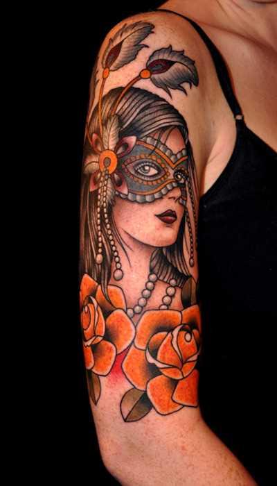 Tatuagem no ombro da menina - menina em uma máscara de rosas amarelas