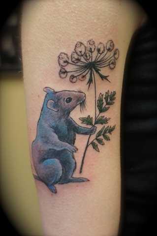 Tatuagem no ombro da menina - mouse com flor