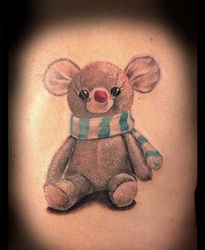 Tatuagem no ombro da menina mouse em forma de brinquedos