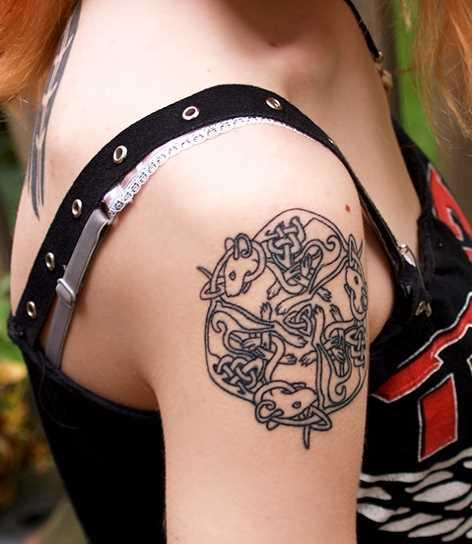 Tatuagem no ombro da menina - o mouse e o padrão de