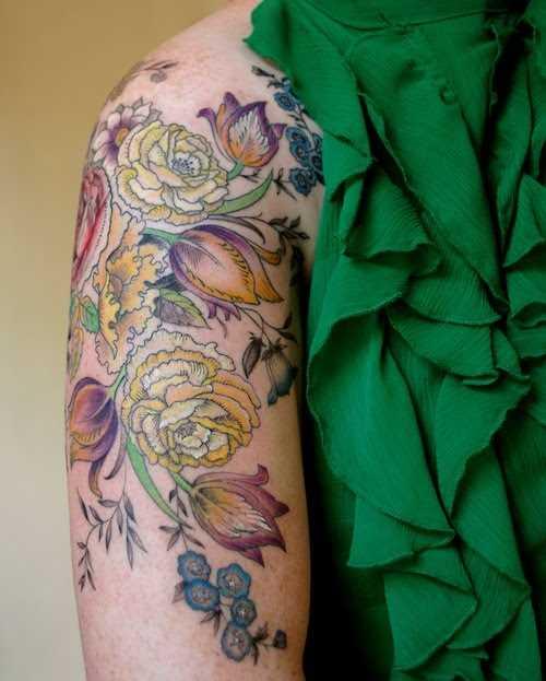 Tatuagem no ombro da menina - original peônias