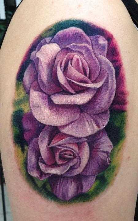 Tatuagem no ombro da menina - púrpura da rosa