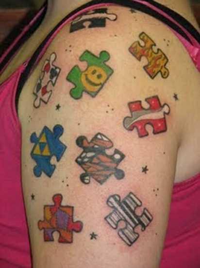 Tatuagem no ombro da menina - quebra-cabeças diferentes
