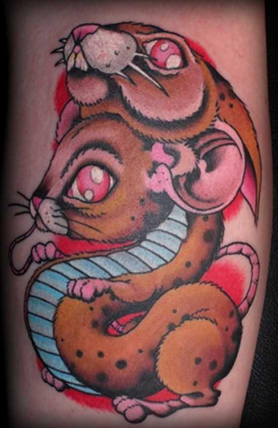 Tatuagem no ombro da menina - rato e coelho
