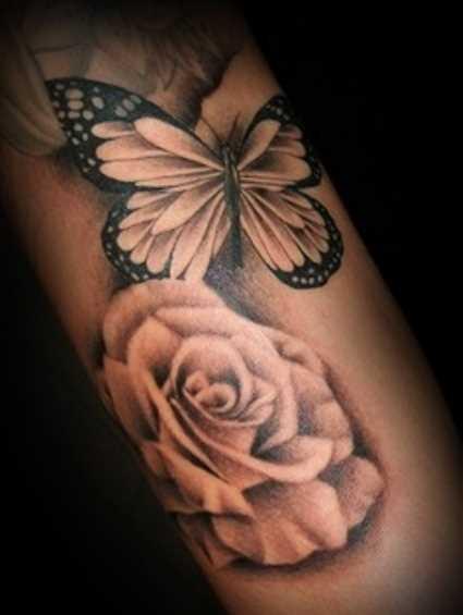 Tatuagem no ombro da menina - rosa e a borboleta