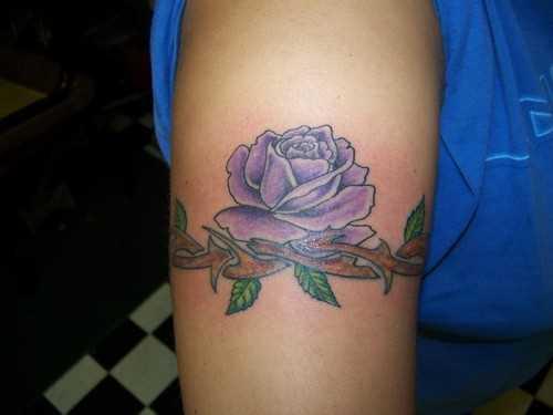 Tatuagem no ombro da menina - rosa púrpura