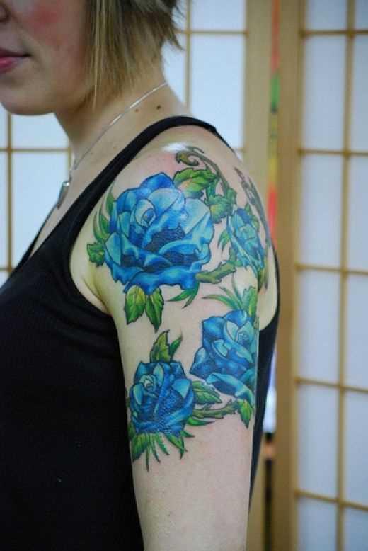 Tatuagem no ombro da menina - rosas azuis