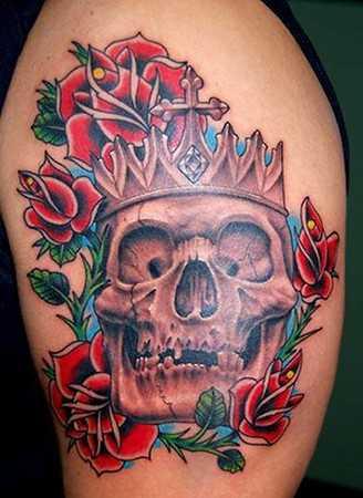 Tatuagem no ombro da menina rosas vermelhas e o crânio
