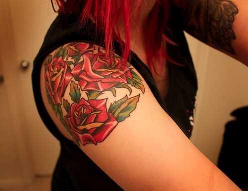 Tatuagem no ombro da menina rosas vermelhas