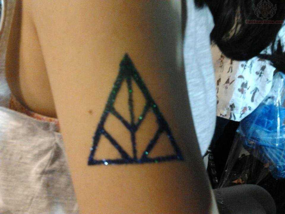 Tatuagem no ombro da menina - triângulo