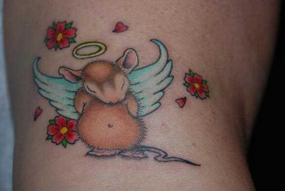 Tatuagem no ombro da menina - um rato com asas, e sakura