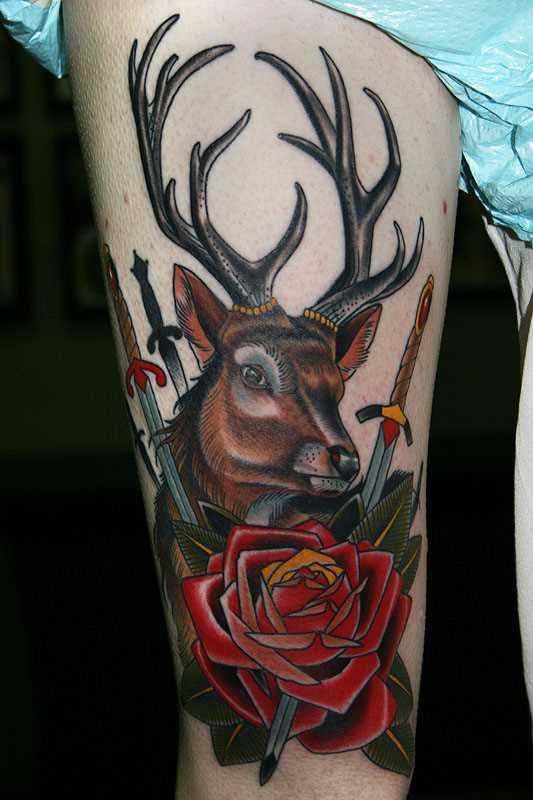 Tatuagem no ombro da menina - veado, punhais e rosa