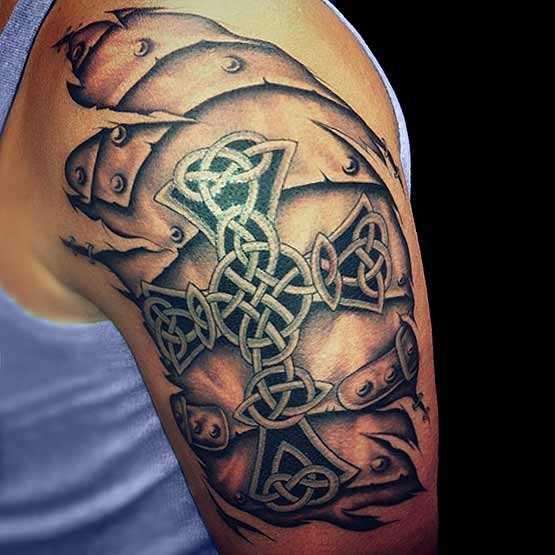 Tatuagem no ombro de um cara - a cruz celta