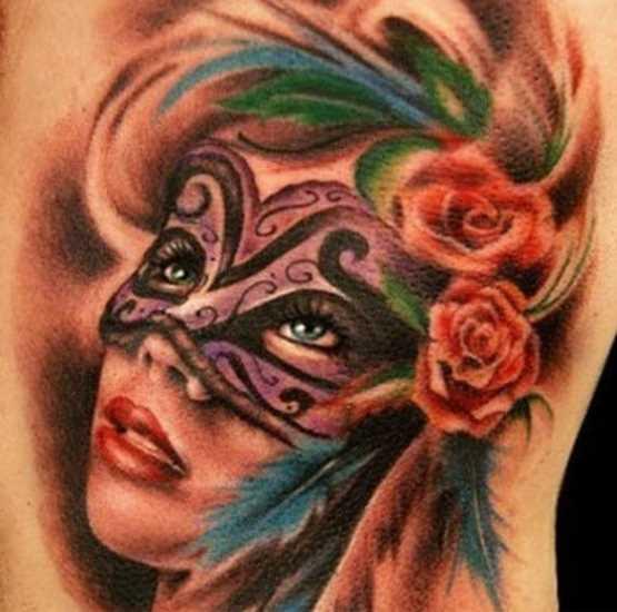 Tatuagem no ombro de um cara - a menina na máscara de penas e rosas