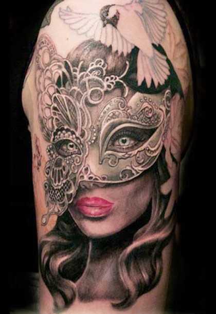 Tatuagem no ombro de um cara - a menina para dentro da máscara e da pomba
