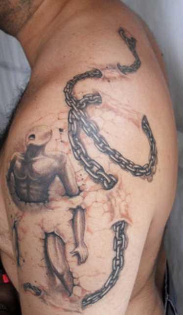 Tatuagem no ombro de um cara - circuito e o homem