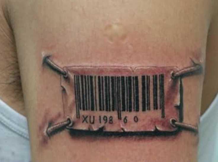 Tatuagem no ombro de um cara - código de barras
