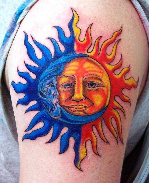 Tatuagem no ombro de um cara com a imagem do sol e da lua