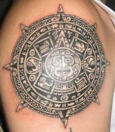 Tatuagem no ombro de um cara com a imagem do sol
