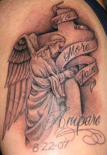 Tatuagem no ombro de um cara como imagem de um anjo, cruz vermelha e inscrições