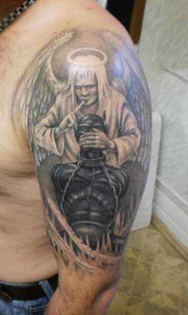 Tatuagem no ombro de um cara como imagem de um anjo, demônio agarrado