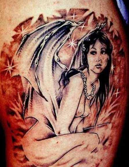 Tatuagem no ombro de um cara como imagem de um anjo e as estrelas