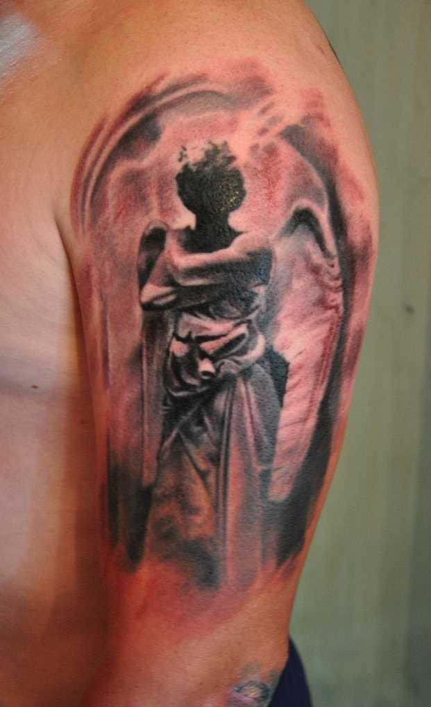 Tatuagem no ombro de um cara como imagem de um anjo