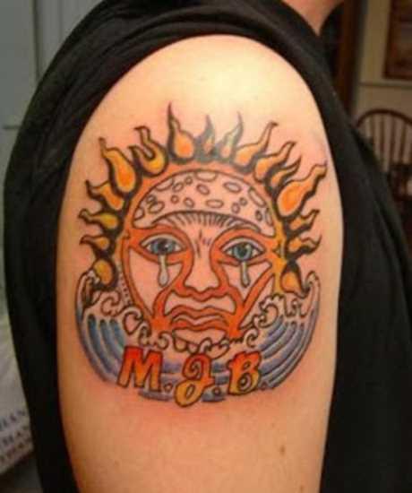 Tatuagem no ombro de um cara como o choro do sol