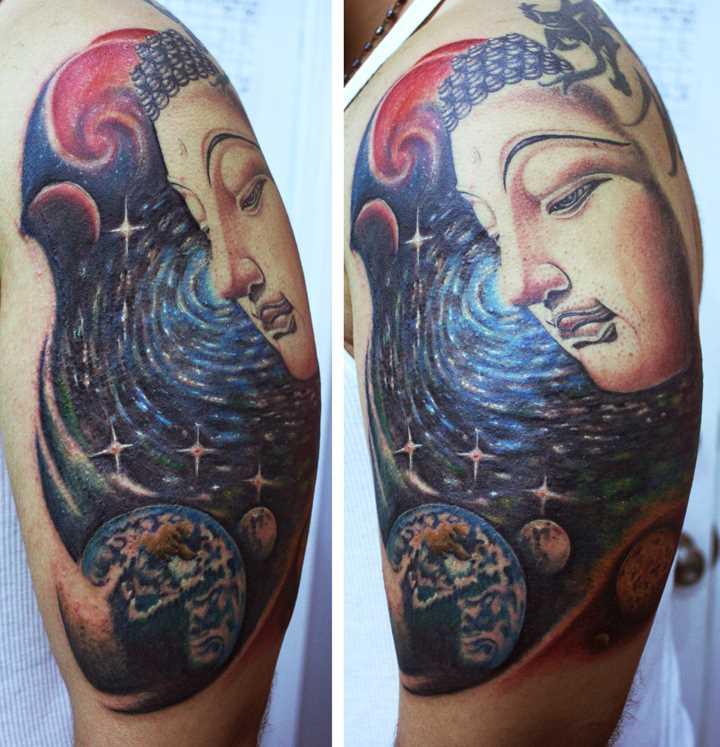 Tatuagem no ombro de um cara como o espaço e Buda