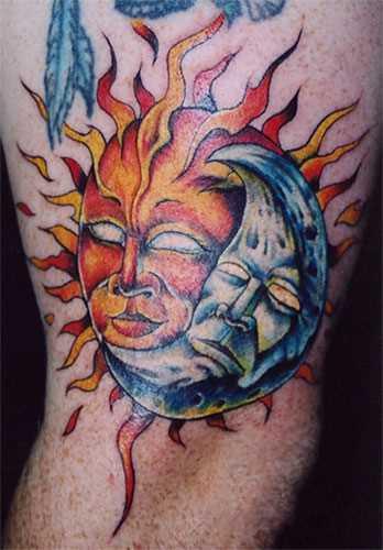 Tatuagem no ombro de um cara como o sol e a lua