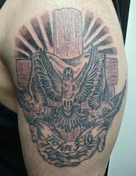 Tatuagem no ombro de um cara - cruz