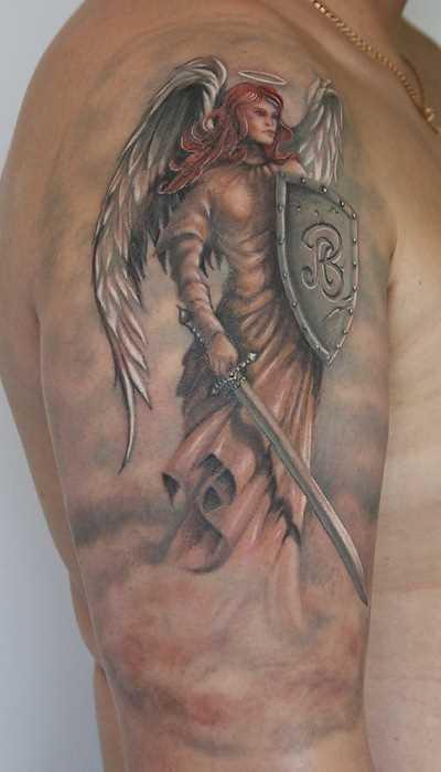 Tatuagem no ombro de um cara - de- anjo com espada e escudo