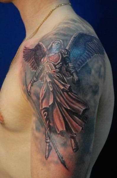 Tatuagem no ombro de um cara - de- anjo com uma lança