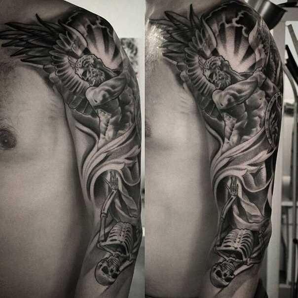 Tatuagem no ombro de um cara - de- anjo e o esqueleto