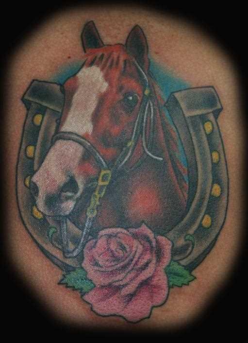 Tatuagem no ombro de um cara - de- cavalo, ferradura e rosa