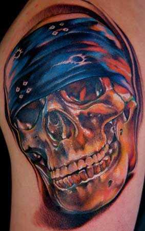 Tatuagem no ombro de um cara de crânio em бондане