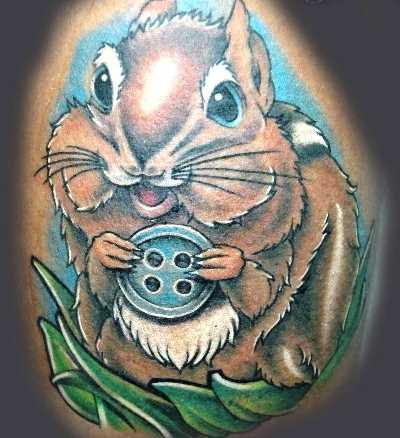Tatuagem no ombro de um cara - de esquilo com braço de couro