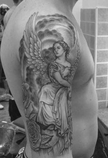 Tatuagem no ombro de um cara - de- menina-anjo e rosa