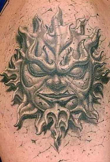 Tatuagem no ombro de um cara - de pedra do sol