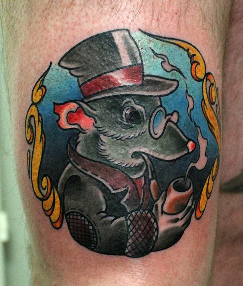 Tatuagem no ombro de um cara - de- rato, com um tubo de