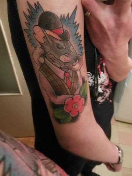 Tatuagem no ombro de um cara - de- rato e flor