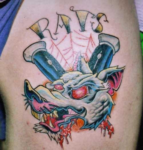 Tatuagem no ombro de um cara - de- rato e inscrição
