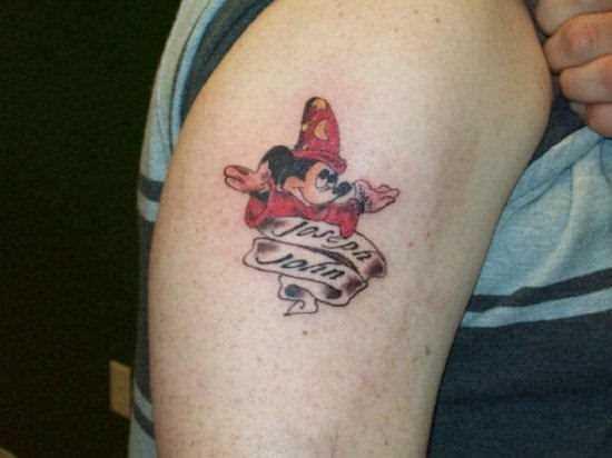 Tatuagem no ombro de um cara - de- rato Mickey Mouse e inscrição