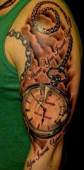 Tatuagem no ombro de um cara - de relógios de bolso e legenda em inglês