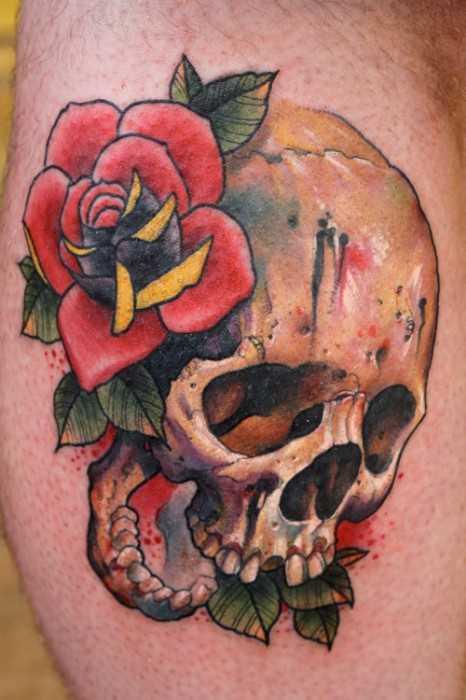 Tatuagem no ombro de um cara - de- rosa e o crânio