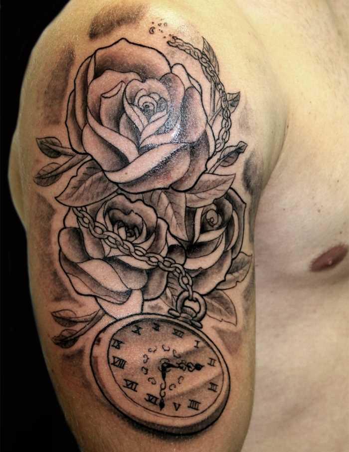 Tatuagem no ombro de um cara - de- rosa e o relógio na cadeia