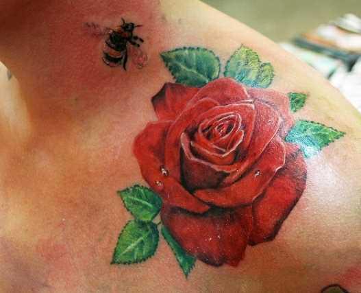 Tatuagem no ombro de um cara - de- rosa e uma abelha